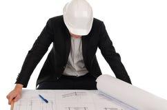 回顾图纸的男性工程师在表上 免版税图库摄影