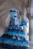 回顾在她的肩膀的妇女画象,在曲拱下共和国总督宫殿,威尼斯,在狂欢节期间 库存照片