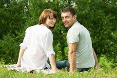 回顾浪漫的夫妇背面图  库存照片