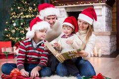 回顾他们的在册页的家庭照片近 免版税库存图片