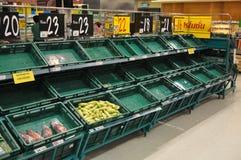 因为人们为接踵而来的洪水做准备,架子是空的在曼谷超级市场在10月2011 库存图片