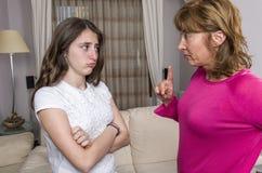 因为她的母亲在家,恼怒青少年的女孩是哀伤的 库存照片