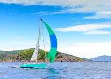 因为背景是蓝色的小船小船可能棍打浮动旅馆图象略写法海洋红色风船航行风帆被传统化的使用的通知游艇黄色的黑暗的等标志 图库摄影