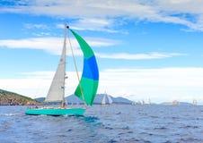 因为背景是蓝色的小船小船可能棍打浮动旅馆图象略写法海洋红色风船航行风帆被传统化的使用的通知游艇黄色的黑暗的等标志 库存图片