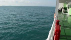 因为背景是蓝色的小船小船可能棍打浮动旅馆图象略写法海洋红色风船航行风帆被传统化的使用的通知游艇黄色的黑暗的等标志 影视素材