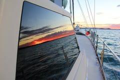因为背景是蓝色的小船小船可能棍打浮动旅馆图象略写法海洋红色风船航行风帆被传统化的使用的通知游艇黄色的黑暗的等标志 库存照片