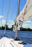 因为背景是蓝色的小船小船可能棍打浮动旅馆图象略写法海洋红色风船航行风帆被传统化的使用的通知游艇黄色的黑暗的等标志 风船 乘快艇 航行 免版税图库摄影