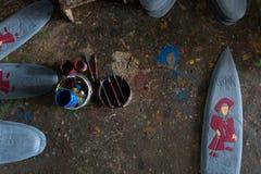 因为驱散,有刷子和地板的五颜六色的油漆桶充满美好的单色油漆 ?  库存图片