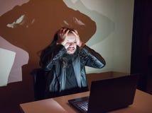 因为他得到了cought,在他的计算机上的黑客变疯狂,拉扯他的头发 库存照片