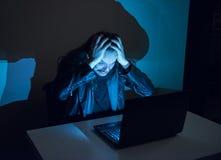 因为他得到了cought,在他的计算机上的黑客变疯狂,拉扯他的头发 免版税图库摄影