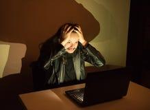 因为他得到了cought,在他的计算机上的黑客变疯狂,拉扯他的头发 免版税库存照片