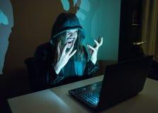 因为他得到了cought,在他的计算机上的黑客变疯狂 免版税库存图片