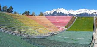 因斯布鲁克,奥地利 跳台滑雪的小山塔和轨道的体育场 它可能拿着28,000个观众 免版税库存图片