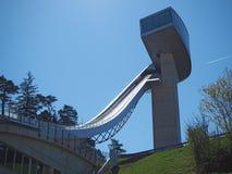 因斯布鲁克,奥地利 跳台滑雪的小山塔和轨道的体育场 它可能拿着28,000个观众 库存照片