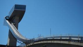 因斯布鲁克,奥地利 跳台滑雪的小山塔和轨道的体育场 它可能拿着28,000个观众 图库摄影