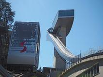 因斯布鲁克,奥地利 跳台滑雪的小山塔和轨道的体育场 它可能拿着28,000个观众 免版税图库摄影