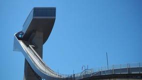 因斯布鲁克,奥地利 跳台滑雪的小山塔和轨道的体育场 它可能拿着28,000个观众 免版税库存照片
