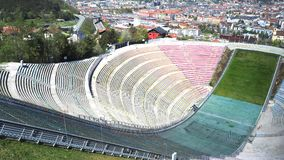 因斯布鲁克,奥地利 跳台滑雪的小山塔和轨道的体育场 它可能拿着28,000个观众 库存图片