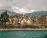 因斯布鲁克,提洛尔/奥地利- 2017年12月2日:河旅馆和色的房子河的河岸的 免版税库存图片
