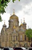 团体Sirmium阿纳斯塔西娅的教会在背景的 免版税库存照片