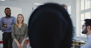 团队合作精神和健康工作场所 小组不同种族的正面商人在现代办公室空间非正式地聊天 影视素材