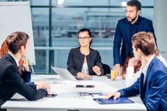 团队负责人和企业主主导的非正式机构内部的业务会议 免版税库存图片