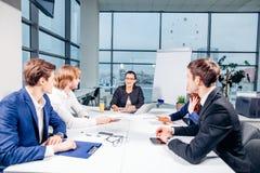 团队负责人和企业主主导的非正式机构内部的业务会议 图库摄影