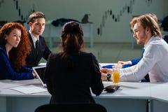 团队负责人和企业主主导的非正式机构内部的业务会议 免版税图库摄影
