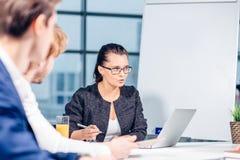 团队负责人和企业主主导的非正式机构内部的业务会议 库存图片