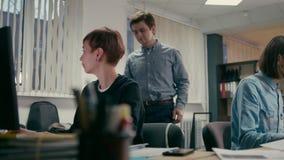 团队负责人咨询emploees并且在办公室谈论项目 股票录像