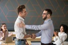 团队负责人祝贺与professiona的握手雇员 库存图片