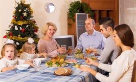 团结的家庭在欢乐桌上 免版税库存图片