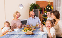 团结的家庭在欢乐桌上 库存图片