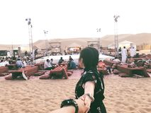 团结的阿拉伯沙漠酋长管辖区徒步旅行队 免版税库存图片