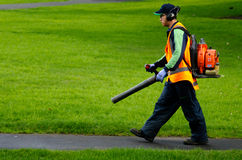 园丁运行的汽油吹叶机 免版税库存图片