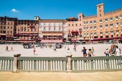 园地广场和游人人在锡耶纳,意大利 免版税库存照片