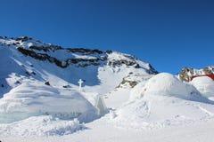园屋顶的小屋和冰教会 免版税图库摄影
