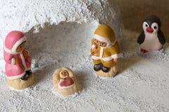 园屋顶的小屋和圣洁家庭集合的冰岛小儿床小雕象 库存照片