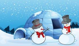 园屋顶的小屋和雪人 免版税库存照片