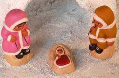 园屋顶的小屋和Nativit圣洁家庭的冰岛小儿床小雕象  免版税库存图片