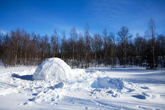 园屋顶的小屋横向冬天 免版税库存图片