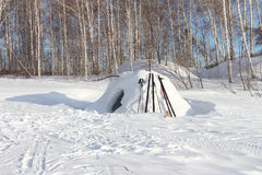 园屋顶的小屋的雪建筑 库存照片