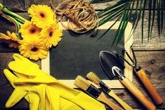园艺工具、花、绳索、刷子和从事园艺的手套  免版税库存图片