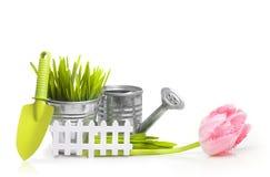 园艺工具、草和花 免版税库存图片