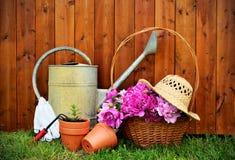 园艺工具和对象在老木背景 免版税库存图片