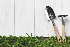 园艺工具和木板条在草 免版税库存照片