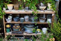 园艺工具和花盆 免版税库存照片
