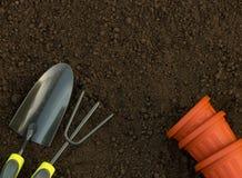 园艺工具和设备特写镜头顶视图在后院 免版税库存图片