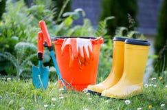 园艺工具在庭院里 免版税图库摄影