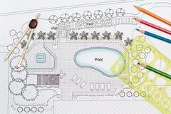 园艺师设计与水池的后院计划 免版税库存图片